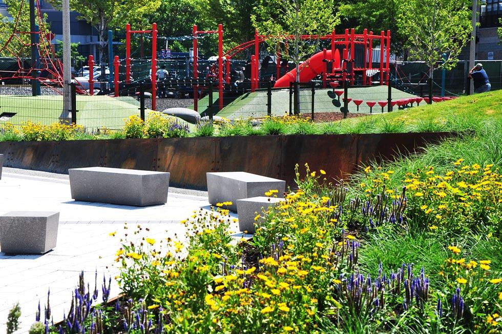 Mary-Bartleme-Park_chicago-west-loop_urban-park_dog-park_lush-landscape-wall-seat_site-design-group
